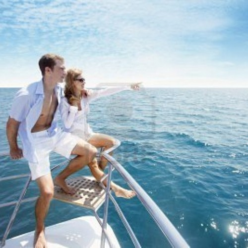 couple-relaxante-a-la-pointe-du-yacht